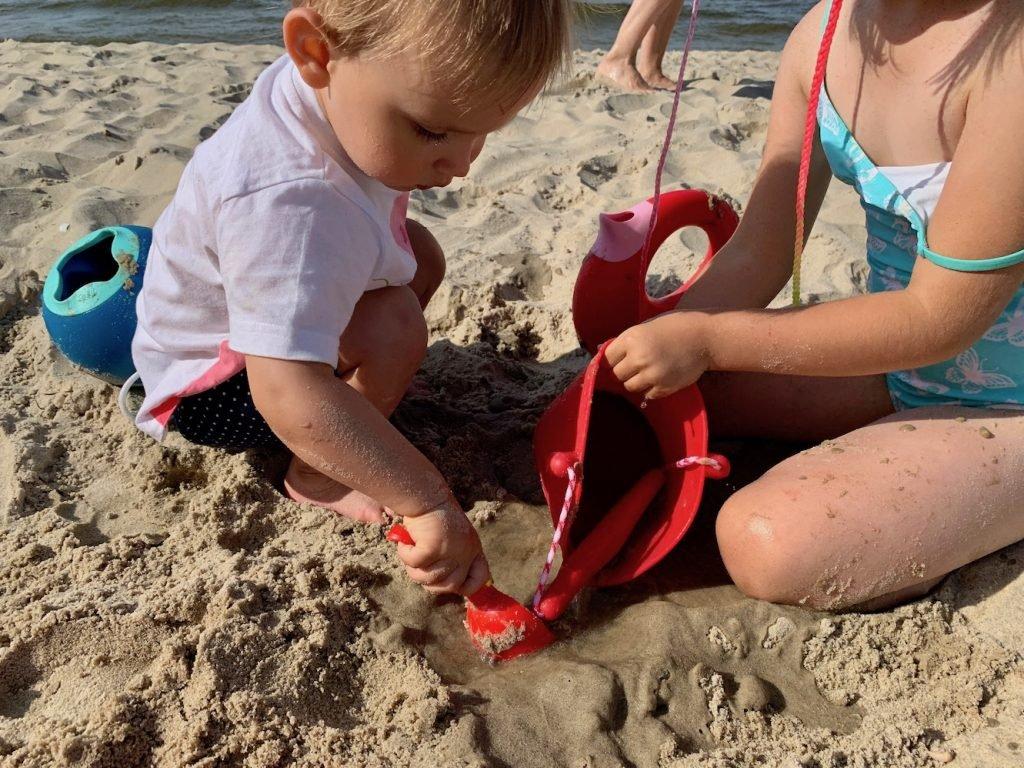 sylikonowe wiaderko na plażę